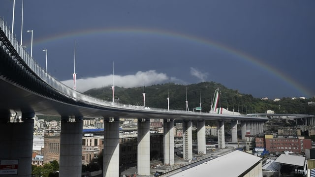 Neue Brücke unter Regenbogen