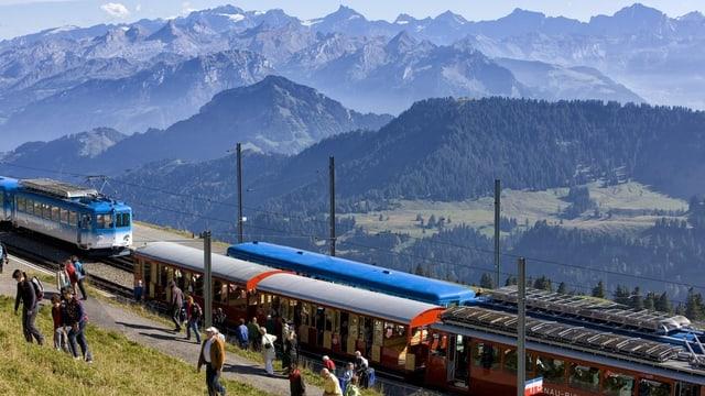 Bild der Rigibahn. Am Horizont die Berge.