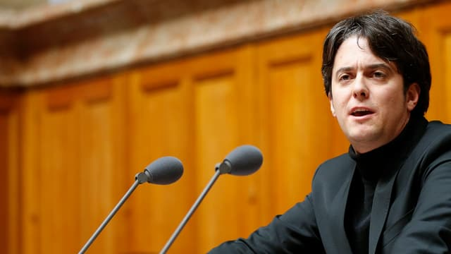 Jean-Christophe Schwaab redet vor einem Mikrophon im Parlament