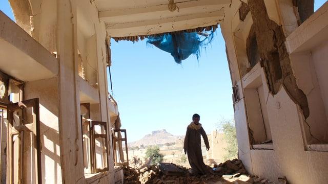Junge in zerbombten Haus in Sanaa