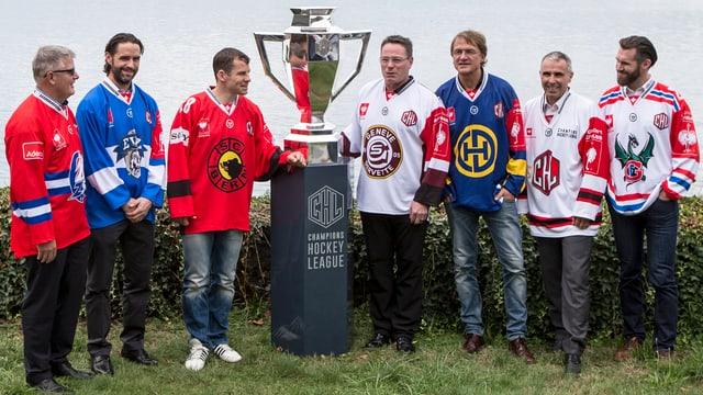 Da sanester: Marc Crawford (ZSC), Josh Holden (EVZ), Martin Plüss (SCB), Chris McSorley (Genevra), Arno Del Curto (HCD), Martin Baumann (CEO Champions Hockey League) e Christian Dube (Fribourg) durant la conferenza da pressa ils 17-8-2015 ad Oberwil.