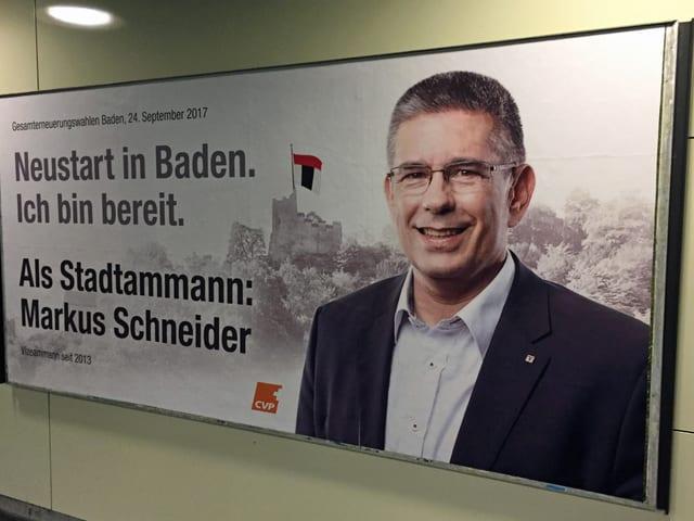 Mann auf Wahlplakat, Aufschrift Markus Schneider.