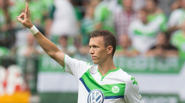 Ivan Perisic zeigt im Trikot des VfL Wolfsburg den Fans in der Kurve das «Victory-Zeichen».