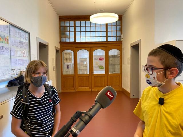 Ronja (links) und Moischi (rechts) zeigen sich ihre jeweilige Welt.