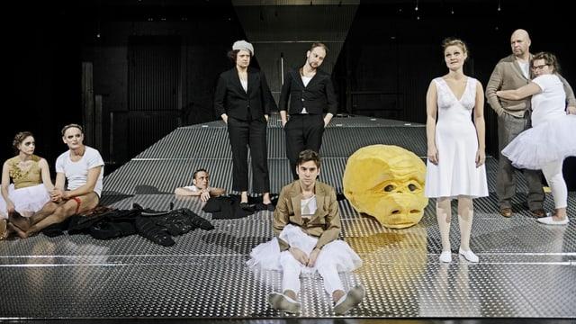 Das Ensemble auf der Bühne im Luzerner Theater