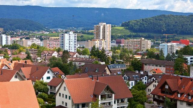 Blick auf Spreitenbach mit den typischen Hochhäusern im Hintergrund.