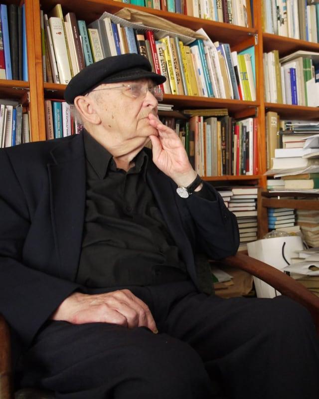 Aharon Appelfeld sitzt nachdenklich in seinem Büro.