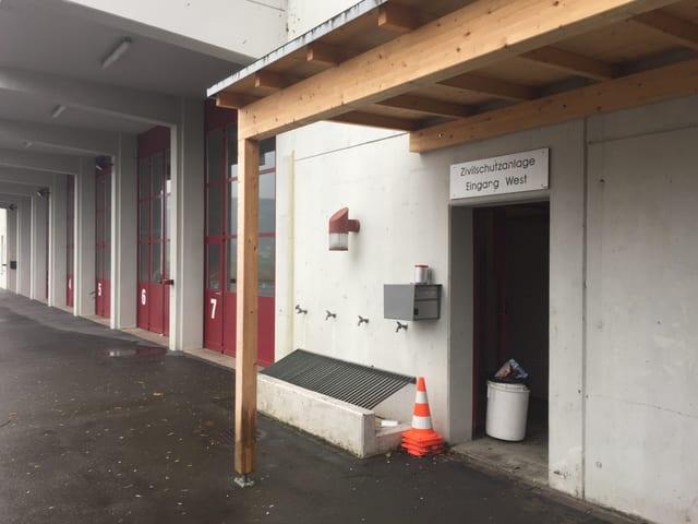Blick auf die Türe der Zivilschutzanlage neben der Einfahrt zum Feuerwehrmagazin.