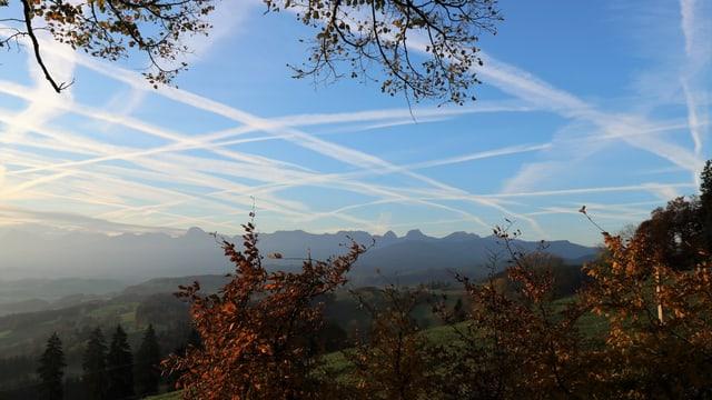 Viele Kondesstreifen am blauen Himmel in Rüeggisberg BE