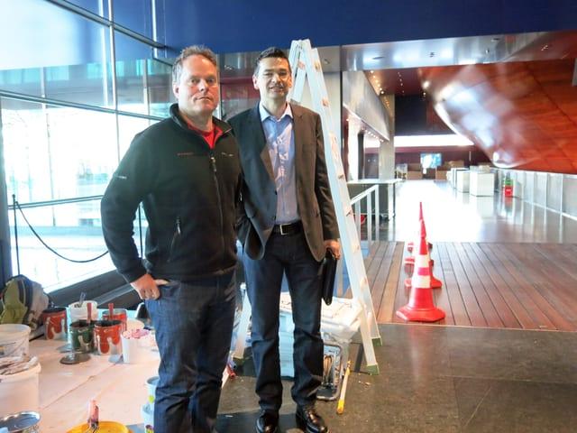 zwei Männer vor Baustelle im Innenbereich