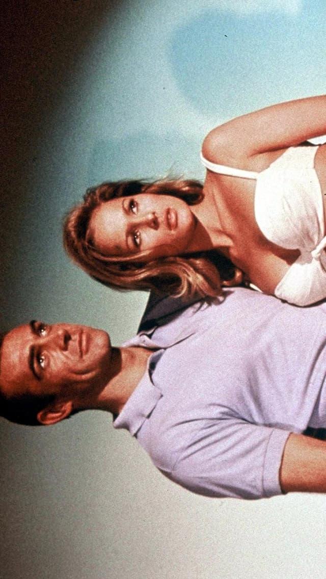 Ein Mann und eine leicht bekleidete Frau in seinen Armen.