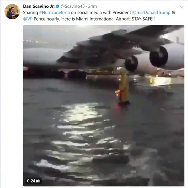 Ein Bild eines Flugzeugs im Wasser.