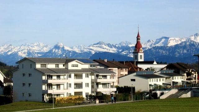 Panorama mit Kirche und Bergen von Neuenkirch.