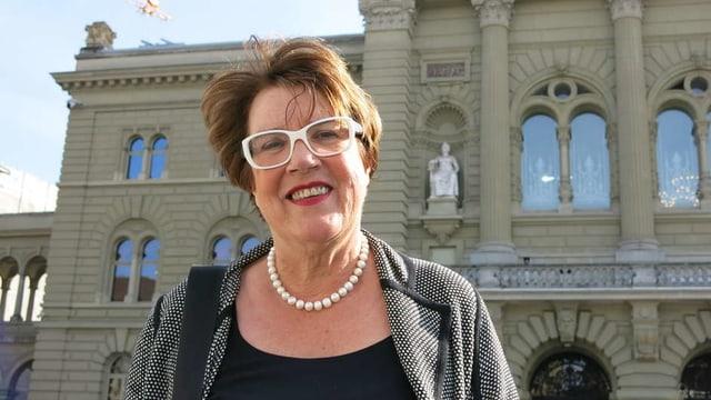 Frau vor Bundeshaus.