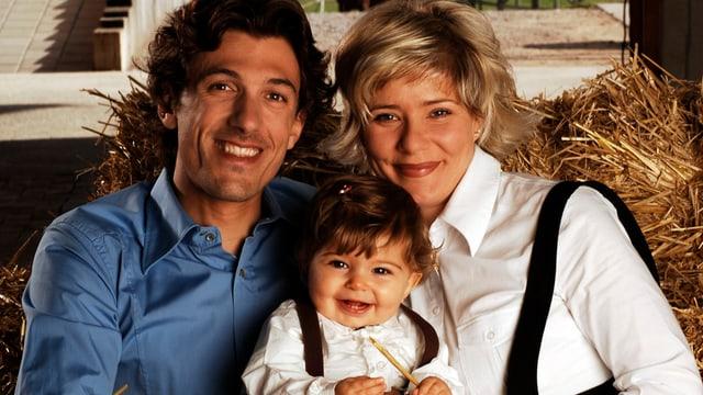 Fabian Cancellara mit seiner Frau Stefanie und einem kleinen Mädchen auf der Schoss.