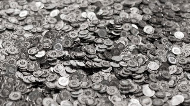 Viele Zehnrappenmünzen in einem Behälter