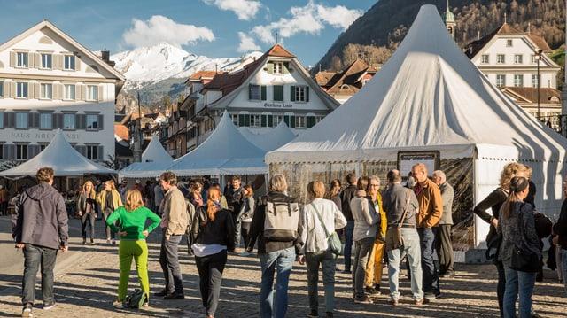 Die Zelte beim Stanser Dorfplatz mit vielen Besuchern davor.