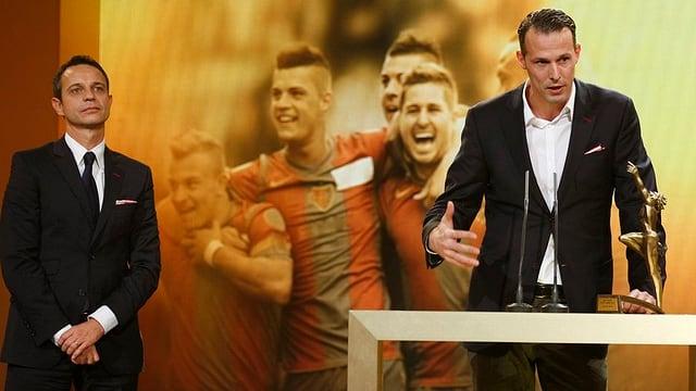 Captain Der Captain des FC Basel, Marco Streller und Präsident Bernhard Heusler nehmen den Preis für das Sportteam des Jahres entgegen.