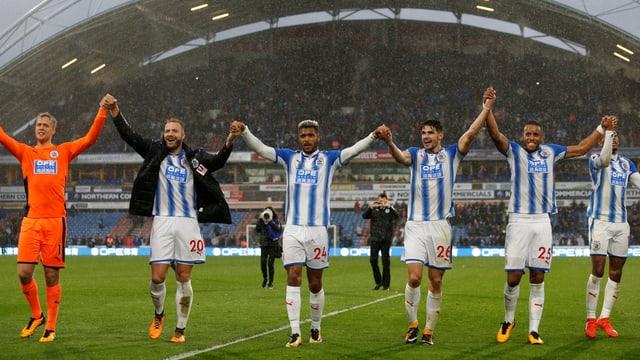 Die Huddersfield-Spieler feiern nach dem Sieg gegen Manchester United.