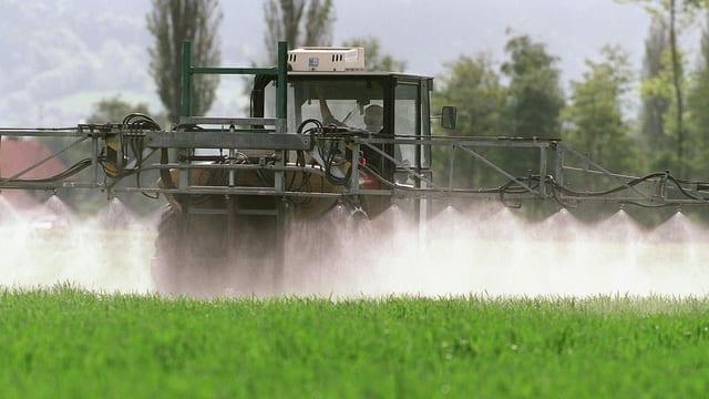 Landwirtschaftsmaschine spritzt Pestizide.