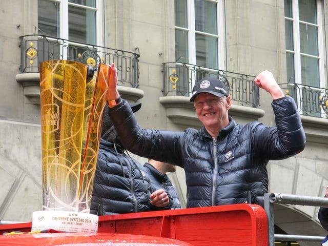 Kari Jalonen auf dem Auto mit Pokal.