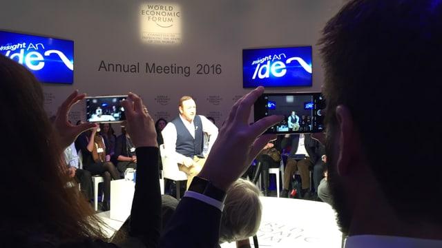L'entira sala ha fatg ina fotografia cura che Kevin Spacey è arrivà