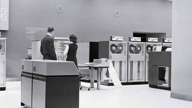 Schwarzweissbild: Kühlschrankgrosse Computer in einem Büro