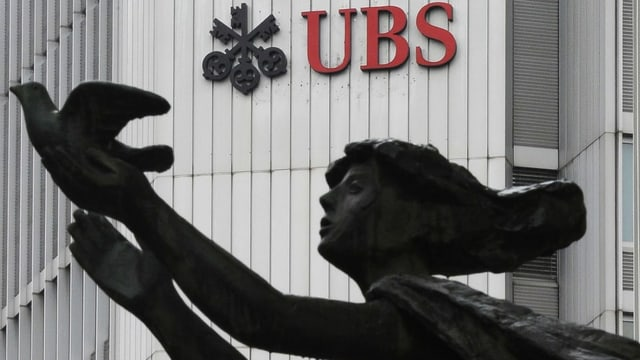 UBS-Sitz in Zürich, Skulptur davor.
