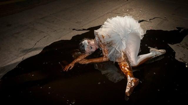 Eine Balletttänzerin liegt im Öl.