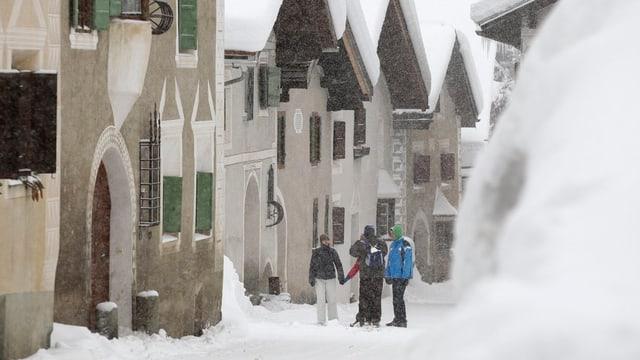 Touristen im verschneiten Filisur.
