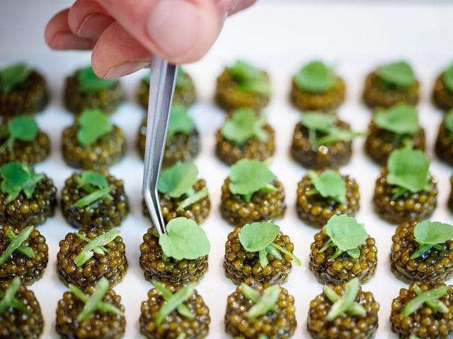 Liebe zum Detail: Im «B. Violier - Restaurant de l'Hôtel de Ville» wird auch Kaviar noch verfeinert.