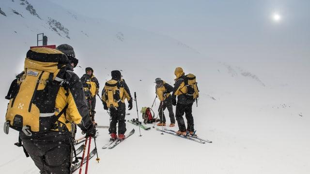 Retter bei schlechter Witterung auf Skiern