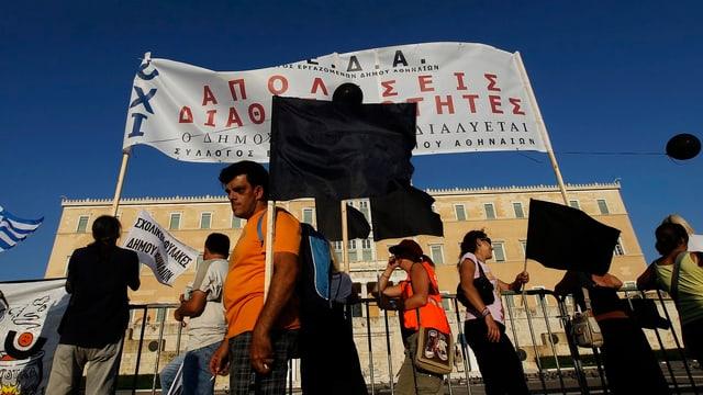 Demonstranten mit Spruchbändern.