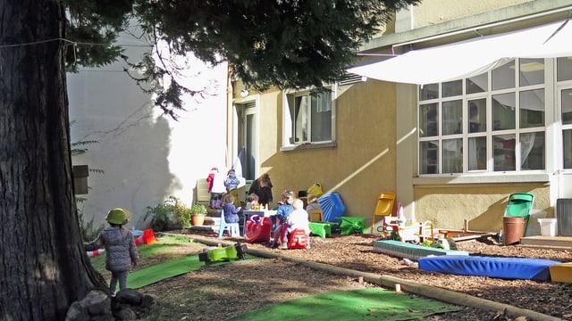Kinder spielen vor Hort.