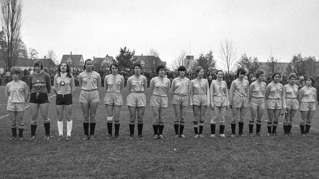 Frauenteam, Schwarzweissaufnahme