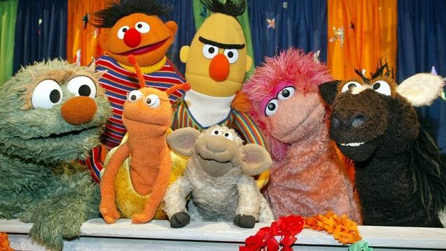 Einige der bekanntesten Puppen der «Sesamstrasse» posieren.