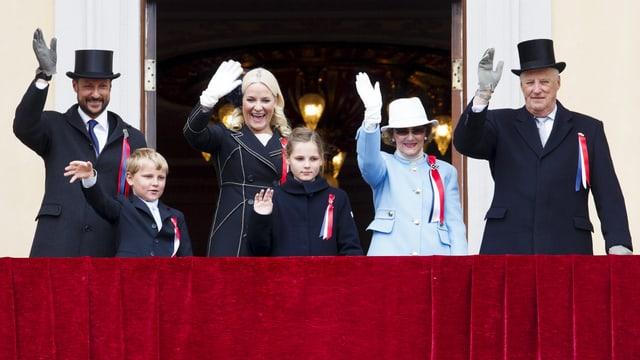 Die königliche Familie Norwegens auf dem Balkon.