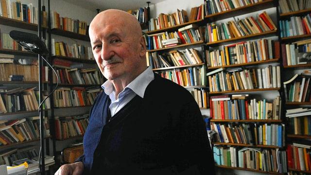 Giovanni Orelli vor einem Bücherregal.