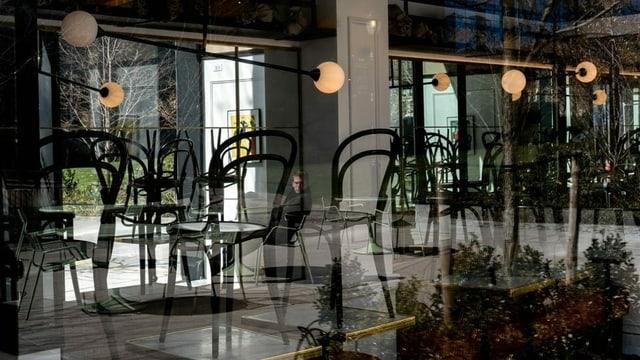 Restaurant, Stühle auf den Tischen