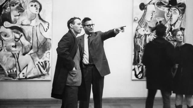 Kunstmuseumsdirektor Franz Meyer erklärt dem Basler Regierungsrat Lukas Burckhardt Gemälde von Pablo Picasso