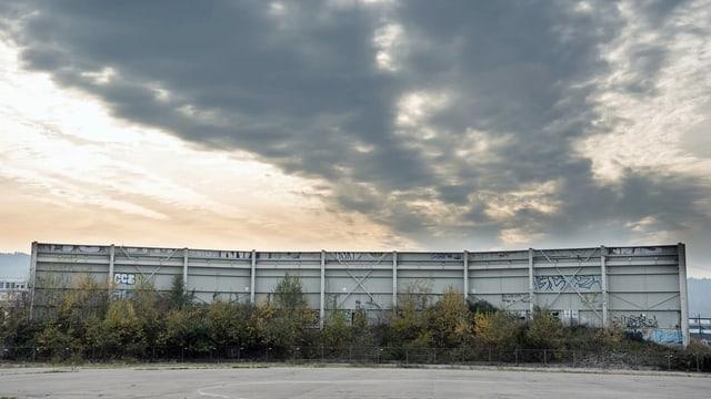 Eine Wand des alten Hardturmstadions steht noch.