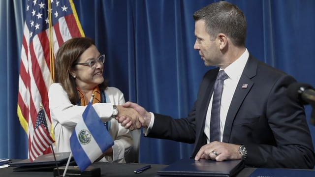 Die salvadorianische Aussenministerin Alexandra Hill schüttelt die Hand von Kevin K. McAleenan.
