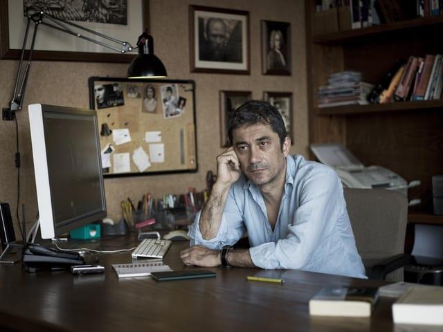 Der Regisseur Nuri Bilge Ceylan an einem Schreibtisch.