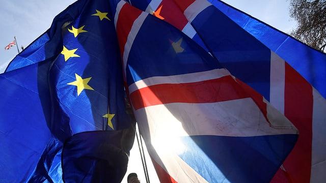 Purtret d'ina bandiera da l'UE ed ina da la Gronda Britannia.