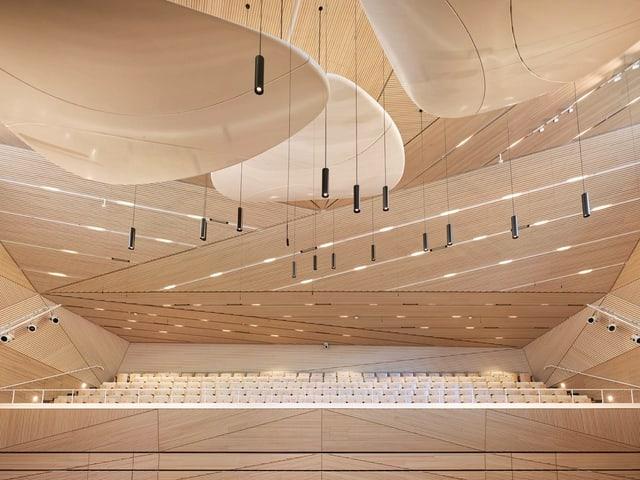 Ein Konzertsaal von Innen: Helle Wände, Decken und Sitzereihen.
