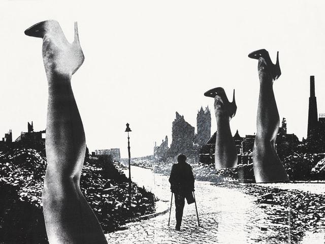 Auf einer schwarz-weissen Collage geht ein Mann mit einem amputierten Bein an Stöcken die Strasse entlang. Links und rechts von ihm ragen überdimensionale Frauenbeine mit High Heels in die Höhe.