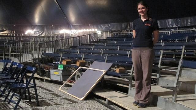 Andrea Weibel posiert vor den leeren Zuschauerrängen im Zirkuszelt.
