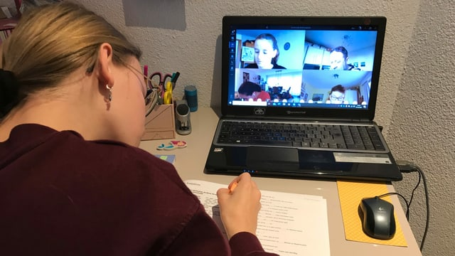 Eine Schüler in beim Fernunterricht.