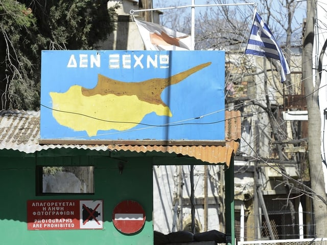 Grenzübergang in Nikosia mit einer Karte Zyperns.