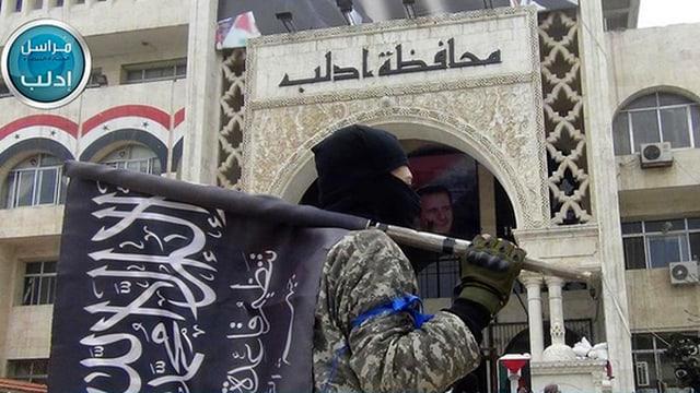 Ein syrischer Rebellenkämpfer mit IS-Flagge